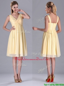 Empire Light Yellow V Neck Knee Length Short Dama Dress with Ruching