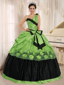 Single Shoulder Spring Green Long Quinces Dress with Appliques and Bow