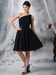 Modest Black One Shoulder Knee-length Quince Dama Dresses with Flowers