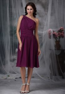 Dark Purple One Shoulder Knee-length Quinceanera Dama Dress with Ruche