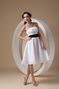 White Ruched Strapless Knee-length 15 Dresses For Dama with Black Sash
