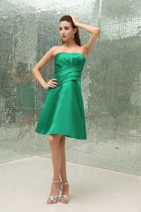 Low Price Green Strapless Knee-length Dama Quinceanera Dress with Ruche