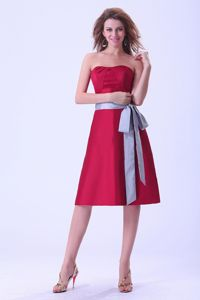 Modest Strapless Wine Red Knee-length Dresses For Dama with Grey Sash