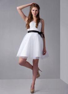 Special V-neck White Mini-length Bridesmaid Damas Dresses with Sash Bow