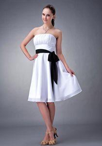 White Strapless Knee-length 15 Dresses For Damas with Black Sash in Lisle