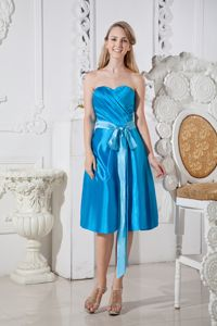 Blue Sweetheart Ruched Knee-Length Dama Dresses with Bowknot in Tarzana