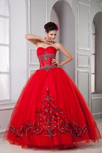 Sweetheart Red Floor-length Quinceaneras Dress with Embroidery in Lisle